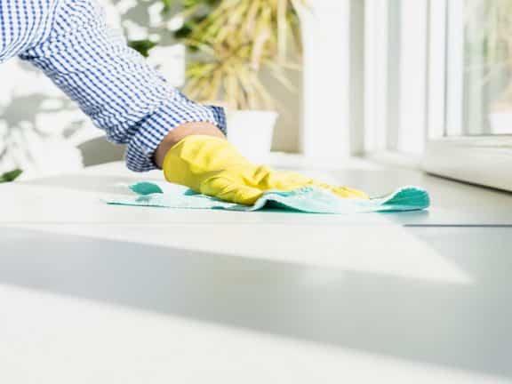 membersihkan rumah dari virus corona
