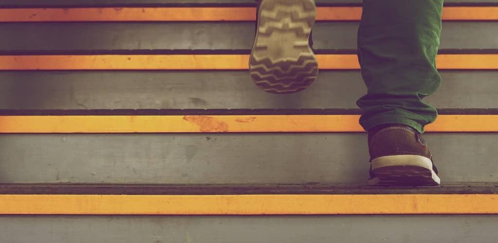 manfaat olah raga naik turun tangga